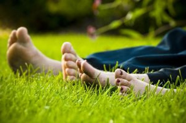 toes-in-the-grass_21075971
